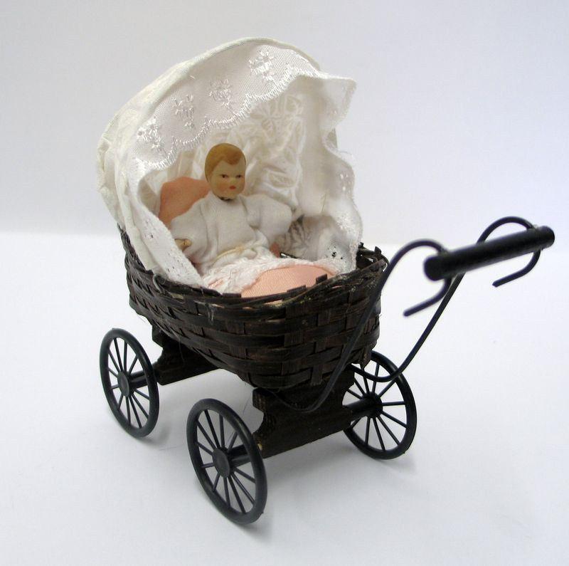puppenhaus puppenwagen geflochten mit puppe und kissen dekoration miniaturen 1 12 wossiland. Black Bedroom Furniture Sets. Home Design Ideas