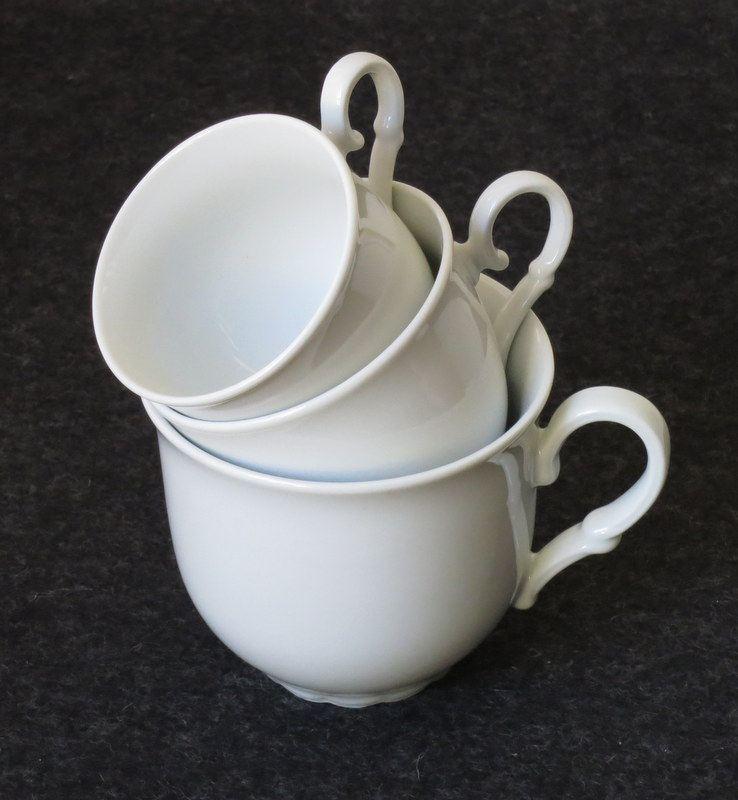 tasse mittel wei e etagere aus porzellan gestapelt aus tassen und tellern bei tischlerei. Black Bedroom Furniture Sets. Home Design Ideas