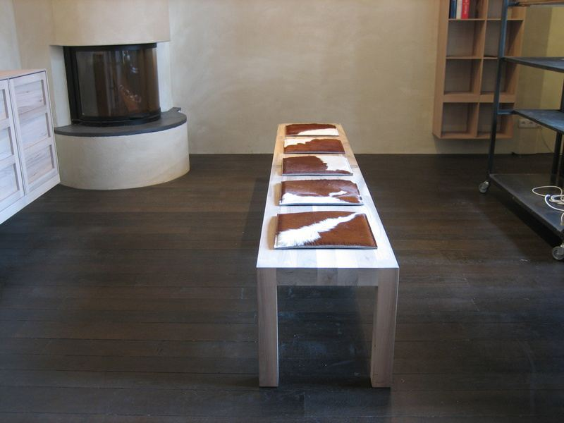 sitzauflage cow stuhlauflagen aus kuhfell und filz bei tischlerei kloepfer. Black Bedroom Furniture Sets. Home Design Ideas