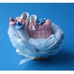 Korb mit Babyartikeln  für das Puppenhaus Kinderzimmer Miniatur 1:12