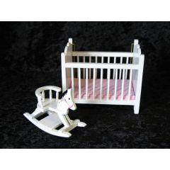 Puppenbett weiss und Schaukelpferd Puppenhaus Moebel Kinderzimmer Miniaturen 1:12