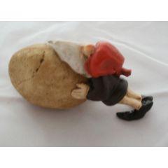 Arbeiter-Wichtel mit einem Stein