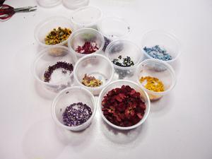 Miniaturblüten vorbereitet für Schmuckfertigung