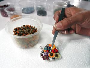 Die Miniaturblüten werden in die Fassung eingefügt