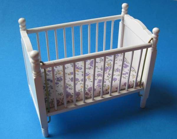 kinderbett puppenbett weiss matratze puppenhausm bel1 12 miniatur. Black Bedroom Furniture Sets. Home Design Ideas
