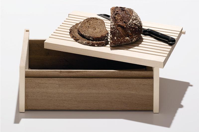brotkasten aus holz mit schneidebrett von sidebyside design. Black Bedroom Furniture Sets. Home Design Ideas